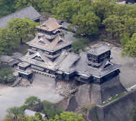 Severe damage to Kumamoto Castle is seen in this April 16, 2016 photo, after a second quake measuring a 7 on the 7-point seismic intensity scale hit the area. (Mainichi)