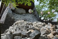A collapsed wall at Kumamoto Castle is seen on April 16, 2016, after a second quake measuring a 7 on the 7-point seismic intensity scale hit the area. (Mainichi)