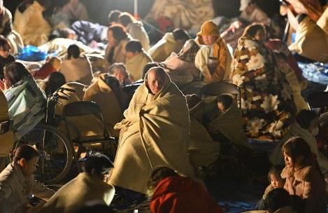 役場の駐車場に避難した住民たち=熊本県益城町で2016年4月15日午前1時18分、須賀川理撮影