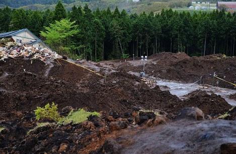 雨で安否不明者の捜索が中止になった土砂崩れの現場=熊本県南阿蘇村河陽で2016年4月21日午前8時43分、西本勝撮影