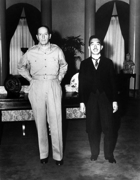 マッカーサー元帥(左)を訪問した昭和天皇=米大使館で1945年9月27日