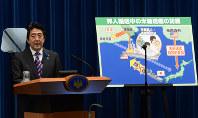記者会見でパネルの前で発言する安倍晋三首相=2014年7月1日、藤井太郎撮影