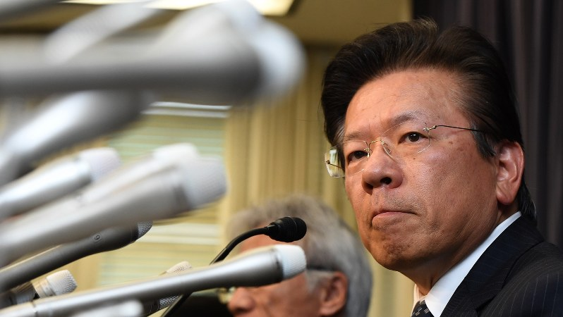 厳しい表情で記者会見する三菱自動車の相川哲郎社長=2016年4月20日、竹内幹撮影