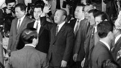 ロッキード事件の有罪判決後、保釈が認められ東京地裁を出る田中角栄氏(中央)=1983年10月12日撮影