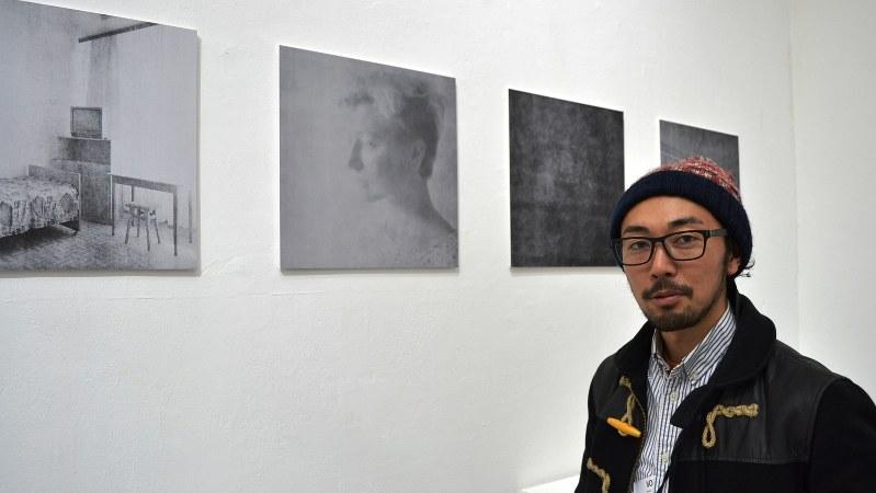 世界報道写真コンテストで1位を受賞した小原一真さんとその作品=ロンドンで2016年1月22日、坂井隆之撮影
