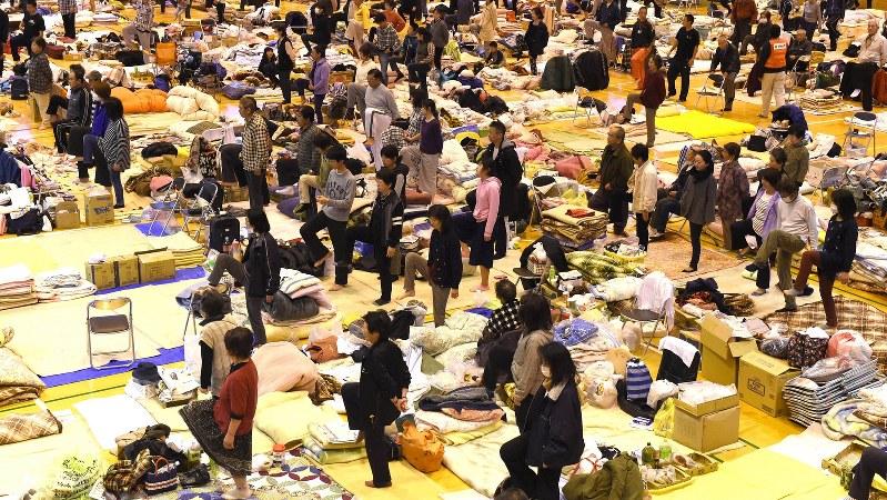 避難所になっている体育館で体操する人たち=熊本県南阿蘇村で2016年4月21日、徳野仁子撮影