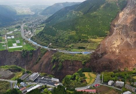 阿蘇大橋(右下)が崩落したため分断された立野地区=熊本県南阿蘇村で2016年4月22日午前9時32分、本社ヘリから矢頭智剛撮影