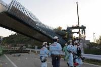 新名神高速道路の工事現場で落下した橋桁=神戸市北区で2016年4月22日午後5時56分、小関勉撮影