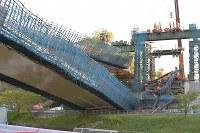 橋桁が落下した事故現場=神戸市北区で2016年4月22日午後5時45分、川平愛撮影