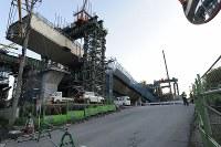 新名神高速道路の工事現場で落下した橋桁=神戸市北区で2016年4月22日午後5時57分、小関勉撮影