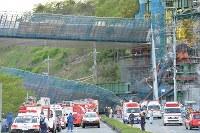 橋桁が落下した事故現場=神戸市北区で2016年4月22日午後5時56分、川平愛撮影