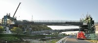 新名神高速道路の工事現場で落下した橋桁=神戸市北区で2016年4月22日午後5時44分、小関勉撮影