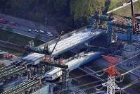 新名神高速道路工事現場で落下した橋桁=神戸市北区で2016年4月22日午後5時20分、本社ヘリから森園道子撮影