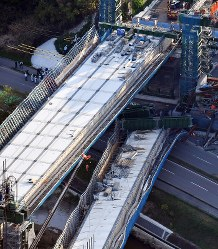新名神高速道路工事現場で落下した橋桁(右)=神戸市北区で2016年4月22日午後5時33分、本社ヘリから森園道子撮影