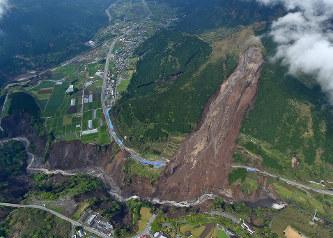 熊本地震:橋崩落で南阿蘇村分断の危機 通学も不能 - 毎日新聞