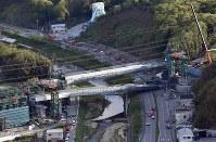新名神高速道路工事現場で落下した橋桁(中央手前)=神戸市北区で2016年4月22日午後5時15分、本社ヘリから森園道子撮影