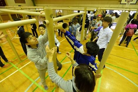 間仕切りを組み立てる地元の中学生ら=熊本市中央区の市立帯山西小学校で2016年4月24日午前9時3分、須賀川理撮影