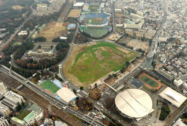 更地となった新国立競技場建設予定地(中央)と神宮球場(中央奥)=東京都新宿区で2015年12月21日、徳野仁子撮影