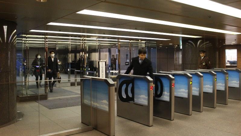 午前7時ごろ、地下1階の社員用正門から出社してくる伊藤忠の社員