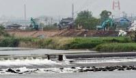 復旧工事の進む緑川沿いの堤防=熊本市南区富合町で2016年4月24日午後4時15分、須賀川理撮影