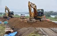 復旧工事の進む緑川沿いの堤防=熊本市南区富合町で2016年4月24日午後4時43分、須賀川理撮影