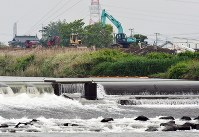 復旧工事の進む緑川沿いの堤防=熊本市南区富合町で2016年4月24日午後4時23分、須賀川理撮影