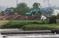 復旧工事の進む緑川沿いの堤防=熊本市南区富合町で2016年4月24日午後4時16分、須賀川理撮影