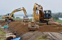 復旧工事の進む緑川沿いの堤防=熊本市南区富合町で2016年4月24日午後4時44分、須賀川理撮影