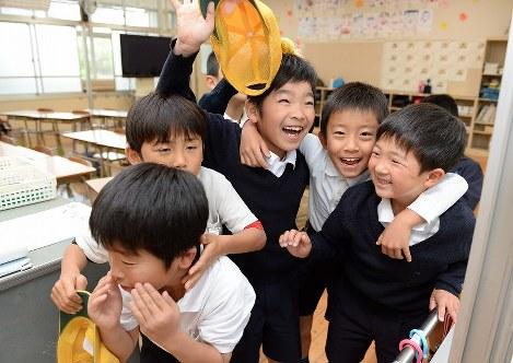 11日ぶりに登校し、教室で笑顔を見せる熊本市立田底小学校の児童たち=熊本市北区で2016年4月25日午前8時18分、山崎一輝撮影