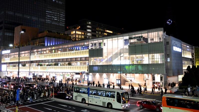 JR新宿駅直結の巨大バスターミナル「バスタ新宿」は、4階建てガラス張りの建物だ=2016年4月15日、田中学撮影