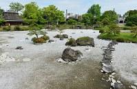 水が干上がり、底が露出した水前寺成趣園の池=熊本市中央区で2016年4月26日午前9時46分、須賀川理撮影