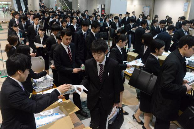 合同会社説明会の受付で資料を受け取る学生たち=竹内紀臣撮影