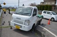 集団登校の児童が歩いていた歩道に突っ込んだ軽トラック=長野県佐久市春日で2016年4月27日午前10時44分、武田博仁撮影