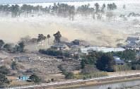 わずか8秒の間に家屋をのみ込み、押し寄せる津波=宮城県名取市で2011年3月11日午後3時56分02秒、本社ヘリから手塚耕一郎撮影