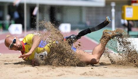 男子走り幅跳びT42のクラスで6メートル56の世界新記録で優勝した山本篤=鳥取市のコカ・コーラウエストスポーツパーク陸上競技場で2016年5月1日、徳野仁子撮影