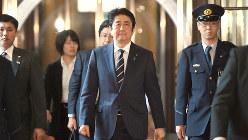 自民党役員会に臨む安倍晋三首相(中央)=2016年4月25日、藤井太郎撮影