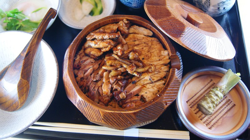 「名物 天城軍鶏とりまぶし御膳」(2890円税別、以下同)はランチ、ディナーとも終日提供
