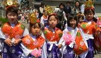 稚児行列できらびやかに着飾った子どもたち=安城市で