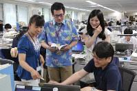 軽装で仕事をする環境省の職員ら=東京・霞が関で2016年5月2日午前9時41分、後藤由耶撮影
