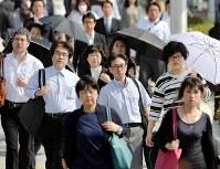 クールビズが始まり、ノーネクタイ姿で通勤する人の姿が目立った=大阪市北区で2016年5月2日午前8時41分、幾島健太郎撮影