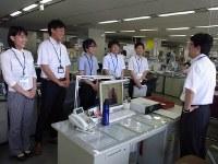 半袖シャツ姿で打ち合わせに臨む職員=福岡市役所で2016年5月2日午前9時22分、林由紀子撮影