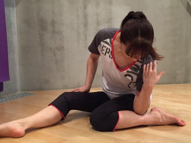 エコノミー症候群防止のセルフケア。骨に沿って、ひじを使ってふくらはぎを押していく=吉永磨美撮影