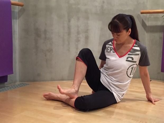 座りながら、骨に沿うように、足のかかとを使ってふくらはぎを押す。筋肉をもまないのがポイント=吉永磨美撮影