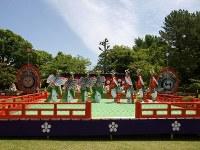 六華苑の庭園に特設された舞台。右方の童舞(わらわまい)・胡蝶(こちょう)と左方の童舞・迦陵頻(かりょうびん)の子役たちがそろい踏み=松本成さん撮影