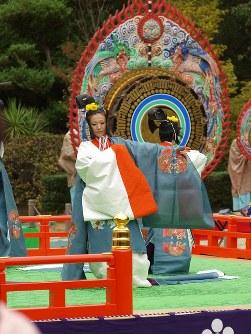 <白浜(ほうひん)>笛と篳篥(ひちりき)の主奏者による序吹(じょふき)に始まり、4人の舞人が後半に右袖を脱いで人の輪で花の形をつくり巡る名曲=松本成さん撮影