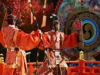 <陪臚(ばいろ)>天平年間(729~749年)までに伝来。源義家などの武家が出陣のたびに上演。盾に鉾の武人が太刀を抜いて舞う。破は夜多羅(やたら)という独特の拍子=松本成さん撮影