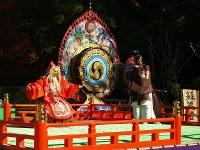<蘇莫者(そまくしゃ)>聖徳太子が山で笛を吹いていると、山の神が笛に合わせて喜ぶ姿と伝えられる。舞人は蓑(みの)をまとい猿のように左右に飛び、前後に走る=松本成さん撮影
