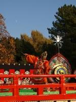 <陵王(りょうおう)>月を借景に龍が舞う。いかめしい龍の仮面をかぶって勇敢に戦い、大勝した王を表現した最高名曲。天竺(てんじく)インドシナ起源の華麗な舞=松本成さん撮影