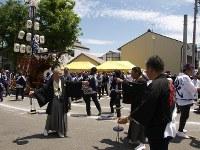 「七里の渡し場跡」に到着した「お木」は、目抜き八間通で石取祭の「祭車曳き別れ」の陣形で迎えるのだが、祭車の運用の仕方が石取祭と勝手が違うため手間取る。各町の祭事長たちは「キリキリ舞い」だ