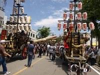 「祭車曳き別れ」の陣形の中央、目抜き八間通を渡る奉曳車